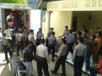 Polisi saat menurunkan Miras di Sat Narkoba. Foto: Teta
