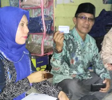 H. Masykur didampingi Ketua DPC Partai Demokrat Kabupaten Bima Sakura H. Abidin menunjukan KTA Partai Demokrat. Foto: Bin