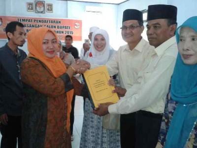 Pasangam KH saat mendaftar di KPU Kabupaten Bima. Foto: Teta