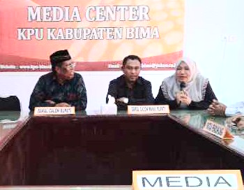 Ketua KPU saat memberikan keterangan pengembalian Berkas Abbas - Wahyudin Foto: Bin