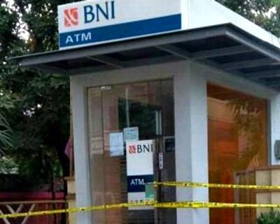 ATM BNI Bima yang dibobol maling diberi garis polisi. Foto: Teta