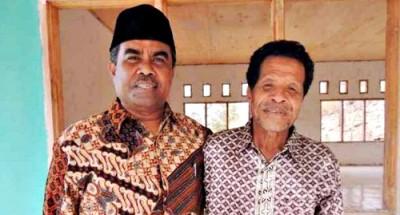 Abbas berpose dengan Kasi Mapendaisum Kemenag Kabupaten Bima Drs Abdul Haris MPd (pakai peci), di lingkungan Ponpes Bahrul ulum Soromandi.