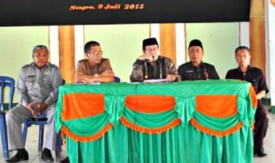 Bupati Bima saat memberikan pengarahan saat sosialisasi dana Desa di Kecamatan Sape. Foto: Hum
