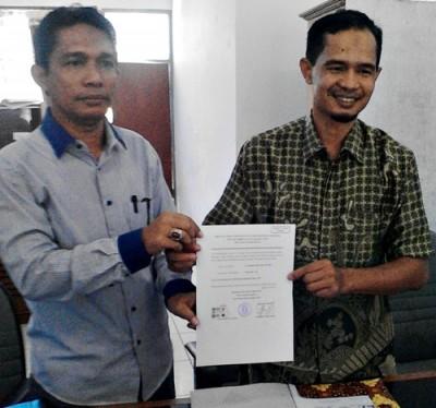 Ilham menunjukan SK DPP PKS untuk Pasangan Abbas - Wahyu. Foto: Abu