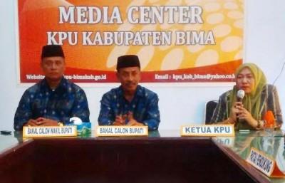 Pasangan Ady - Zubair bersama Ketua KPU Kabupaten Bima. Foto: Bin