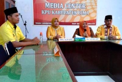 Pasangan Dinda - Dahlan dan Ketua KPU di ruangan Media Centre. Foto: Teta
