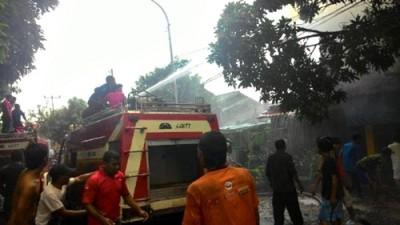 Petugas pemadam kebakaran berusaha memadamkan api. Foto: Teta