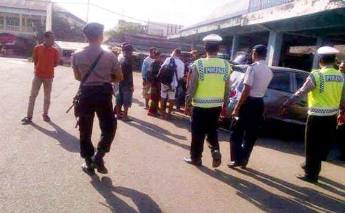 Polisi dan Dishubkominfo saat cek Bus. Foto: Teta