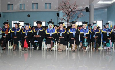 10 orang Wisudawan dan Wisudawati terbaik. Foto: Bin