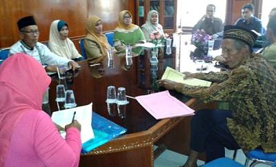 12 CJH Cadangan saat mendatangi Kantor Kemenag Kota Bima. Foto: Teta