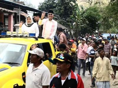 Pasangan DINDA melambaikan tangan kepada warga. Foto: Teta