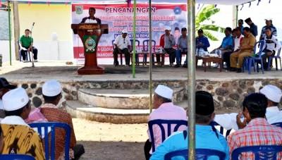 Bachrudin saat memberikan sambutan dihadapan warga Desa Bajo. Foto: Hum