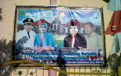 Baliho Mantan Bupati Bima dan istri masih terpampang dislah satu Sekolah. Foto: Bin