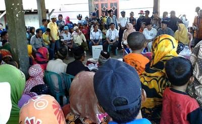 Dinda - Dahlan saat silahturahmi dengan warga Desa Buncu Kecamatan Sape. Foto: Teta