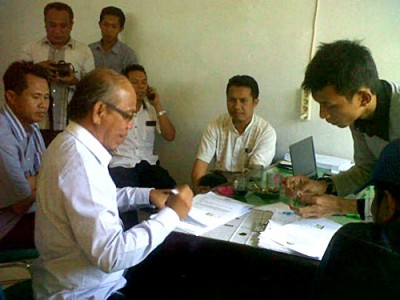 Gabungan koalisi partai pengusung pasangan Adi-Zubair saat melapor ke Panwaslu. Foto: Bin