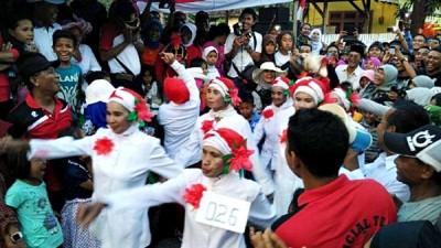 Gerak jalan Ibu - Ibu Lansia yang mengundang tawa. Foto: Bin