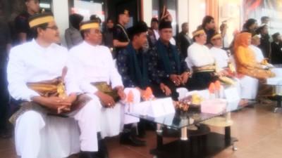 Pasangan Calon Bupati dan Wakil Bupati Bima duduk sesuai nomor urut tetap. Foto: Bin