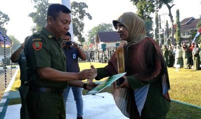 Kepala SDN 11 Kota Bima mendapat ucapan selamat dari Wakil Walikota Bima. Foto: Teta