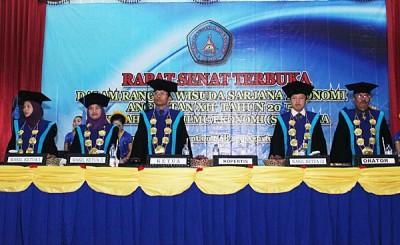 Ketua STIE Bima dan Jajaran Dosen  STIE saat memasuki acara wisuda. Foto: Bin