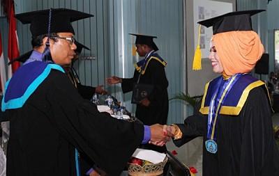 Ketua STIE Bima memberikan ucapan selamat saat pengukuhan kepada Wisudawan dan Wisudawati. Foto: Bin