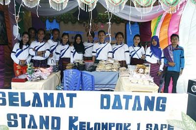 Foto bersama mahasiswa di salah satu stan. Foto: Bima