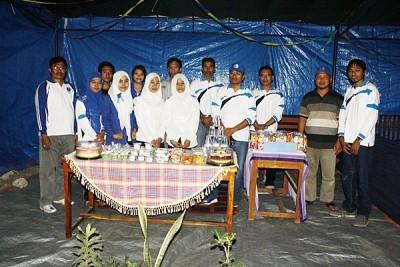 Foto bersama Ketua STIE Bima dan mahasiswa. Foto: Bin
