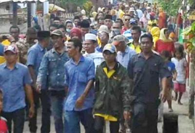 Pasangan DINDA saat dikawal warga saat blusukan. Foto: Teta