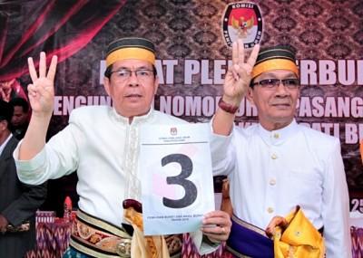 Pasangan SYUKUR menunjukan nomor urut. Foto: Erde