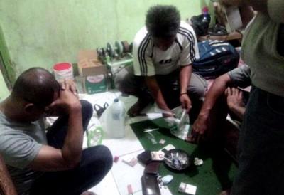 Pemeriksaan barang bukti saat penangkapan tiga warga pengguna Narkotika. Foto: Bin