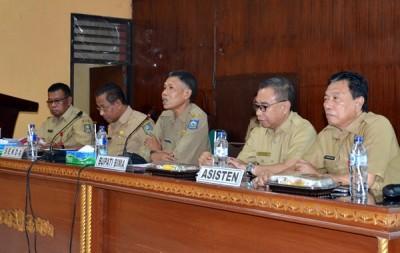 Penjabat Bupati Bima (tengah) saat memberikan arahan. Foto: Hum