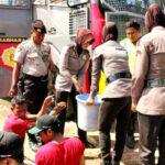 Polisi Bagi Gratis Air Bersih di Desa Samili