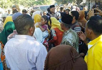 Warga Lambu berebutan ingin berjabat tangan dengan DINDA. Foto: Teta