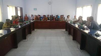 Warga Ndano Nae saat mendatangi DPRD Kota Bima. Foto: Bin