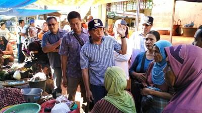 Wawali Bima saat sosialisasi di pelaku pasar. Foto: Hum