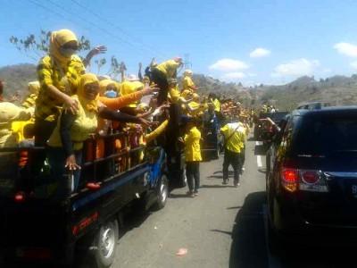 Uforia massa pendukung DINDA saat kemacetan. Foto: Noval
