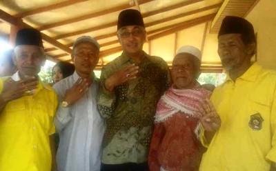 Warga saat foto bersama dengan H. Dahlan M. Noer. Foto: Teta
