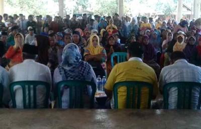 Suasana pertemuan masyarakat dengan DINDA di Parado. Foto: Noval