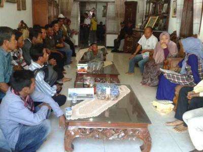 Dae Dinda saat menerima warga Soromandi. Foto: Noval