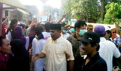 Abdul Hamid saat blusukan di rumah warga Kecamatan Woha. Foto: EM