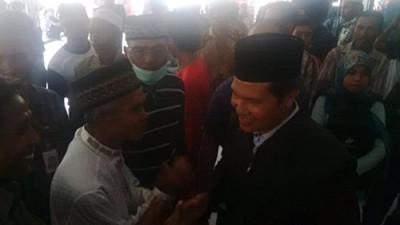 Abdul Khayir berjabat tangan dengan pendukungnya sebelum berangkat di Bandara. Foto: Bin