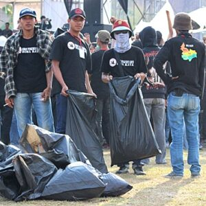 Peduli Lingkungan, Oi Bima Bersihkan Sampah Saat Konser Iwan Fals