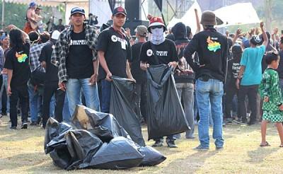 Anggota Oi Kota Bima  membersihkan sampah saat Konser Iwan Fals di Stadion Manggemaci Kota Bima. Foto: Bin