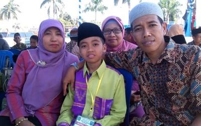 Arief bersama kedua orang tuanya di arena MTQ. Foto: EM