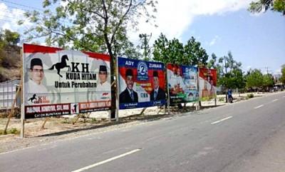 Baligo semua pasangan calon yang dipasang KPU di depan Bandara. Foto: Ady