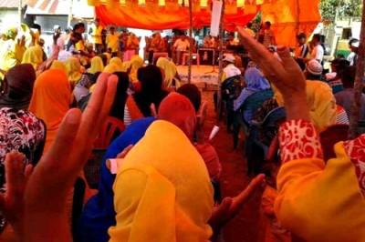 DINDA saat pertemuan terbatas dan tatap muka dengan warga Tambora. Foto: Noval