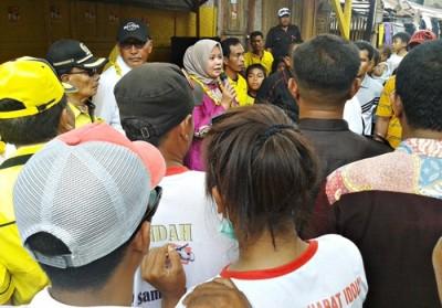 DINDA saat sambutan di depan warga Kecamatan Woha. Foto: Noval