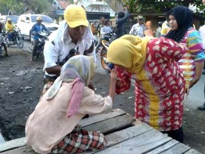 Dae Dinda saat mencium tangan seorang nenek di Kecamatan Ambalawi. Foto: Noval