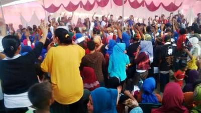 Euforia warga usai pengukuhan tim pemenangan di Lambu. Foto: Bin