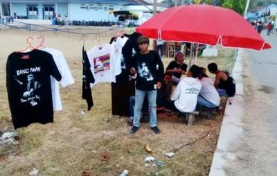 Gun saat menjual baju di sekitar Stadion Manggemaci. Foto: Bin