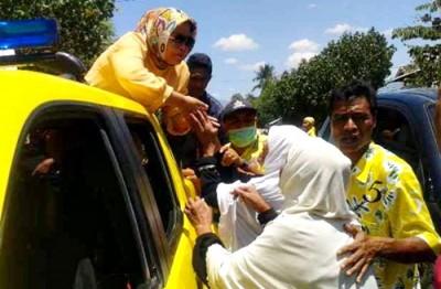 Hj. Indah Damayanti Putri saat menyalami warga Bolo. Foto: Noval